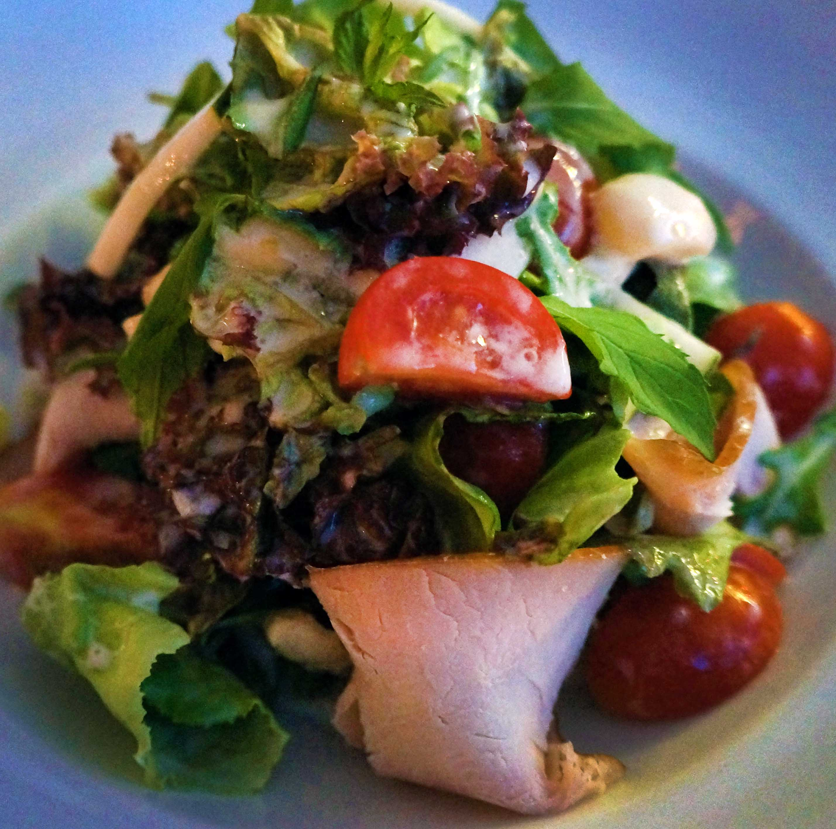salata sa dimljenom ćuretinom i prelivom od jogurta i nane